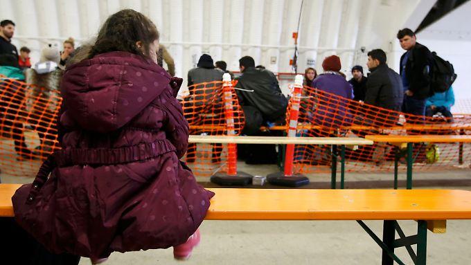 Neuankömmlinge warten in Erding auf die medizinische Erstuntersuchung.