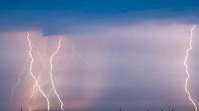 Kaum zu glauben, aber wahr: Neugierige Australier filmen Blitzeinschlag