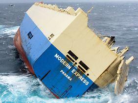 """Hilfslos und verlassen in aufgewühlter See: Für die Helfer stellt die """"Modern Express"""" zunächst vor allem eine Gefahr für Schifffahrt und Umwelt dar."""