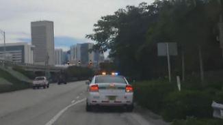 Verkehrte Welt in Florida: Autofahrerin hält zu schnellen Polizisten an