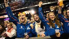 In der Max-Schmeling-Halle zelebrieren dann 9000 Menschen eine eindrucksvolle Gold-Party...
