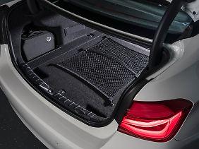 Der Lithium-Ionen-Akku mit 7,6 kWh ist unter dem Kofferraumboden untergebracht. Dessen Volumen liegt somit statt 480 nur noch bei 370 Liter.
