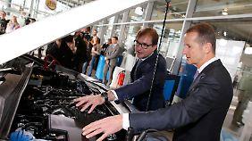 Diess (r.) mit Verkehrsminister Dobrindt bei der Präsentation der Nachrüstung.