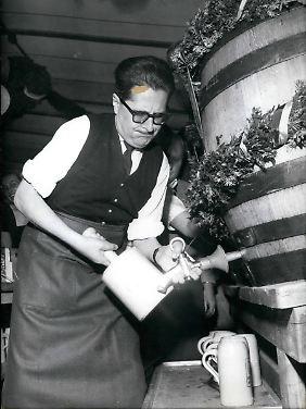 Traditionell Pflicht für den Münchener OB: Der Anstich des ersten Fasses auf dem Oktoberfest 1965.