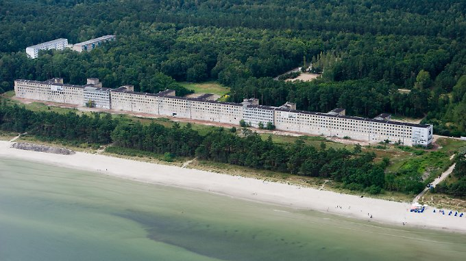 Ein Beton-Koloss aus der Vergangenheit: Block I des denkmalgeschützten früheren KdF-Seebads Prora auf der Insel Rügen.