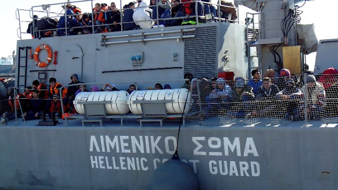 Ein griechisches Marine-Schiff bringt mehr als 400 Flüchtlinge nach Lesbos, die aus ihrer Seenot gerettet wurden.