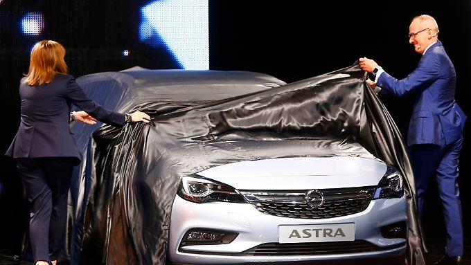 Der neue Opel Astra gilt als Hoffnungsträger in Europa - hier präsentiert von GM-Chefin Mary Barra und Opel-Chef Karl-Thomas Neumann.