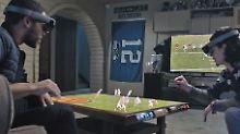 Das Spielfeld auf dem Wohnzimmertisch: So stellt sich Microsoft die Zukunft von Sportübertragungen mit HoloLens vor.