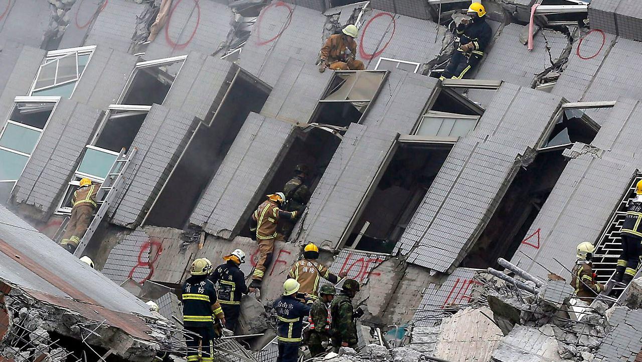 17 stöckiges hochhaus kippt um schweres erdbeben in taiwan fordert mehrere tote