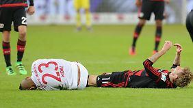 Nach einem Foul von Stefan Kießling muss Arturo Vidal ausgewechselt werden.