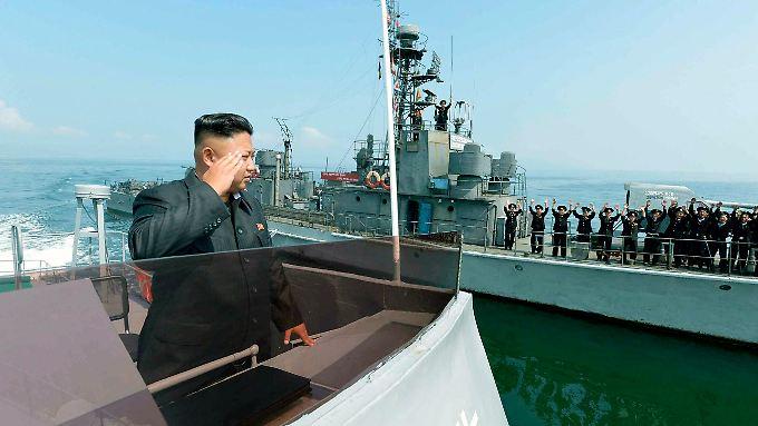 Nordkoreas Herrscher Kim Jong Un vor  Matrosen.