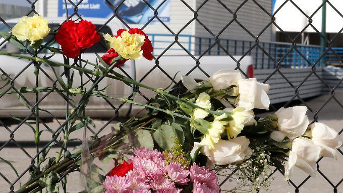 Am Zaun der Bobbahn erinnern Blumen an den tödlichen Unfall.