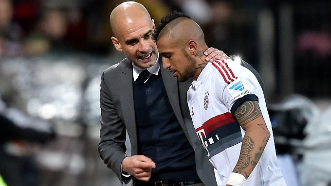 Alkohol im Trainingslager? Nein, Besprechung in Leverkusen: Josep Guardiola und Arturo Vidal.