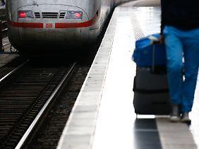 Wer großes Gepäck mit hat, kann im Zug Probleme bekommen.