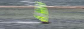 Ein Windsurfer in der stürmischen Nordsee.
