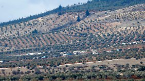 Von der Türkei aus kann man die Zelte der Flüchtlinge aus Aleppo sehen. Über die Grenze kommen sie derzeit nur illegal.
