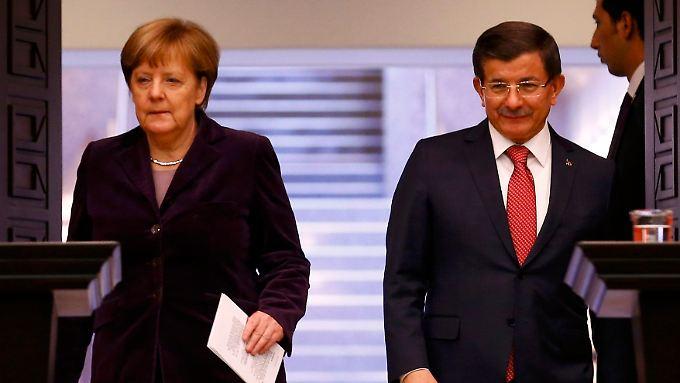 Der türkische Ministerpräsident Davutoğlu witzelt, dass er und Kanzlerin Merkel sich mittlerweile fast wöchentlich träfen.