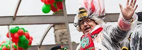 Zeitweise gab es sogar Sonnenschein, doch auch von Regen ließen sich die Karnevalisten in Köln nicht die Laune verderben.
