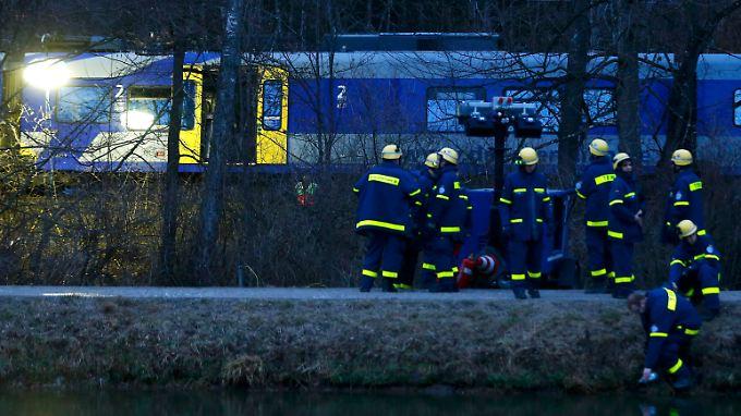 Bis in den späten Abend sind die Rettungskräfte im Einsatz - sie suchen nach einer vermissten Person.