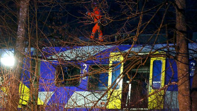 Die Rettungsmaßnahmen gingen bis in den späten Abend, in der Nacht sollten sie ausgesetzt werden.