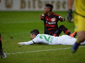 Doppelstrafe für Leverkusen: Wendell verursachte den Elfmeter vor dem 2:1 für Bremen und flog dafür auch noch vom Platz.