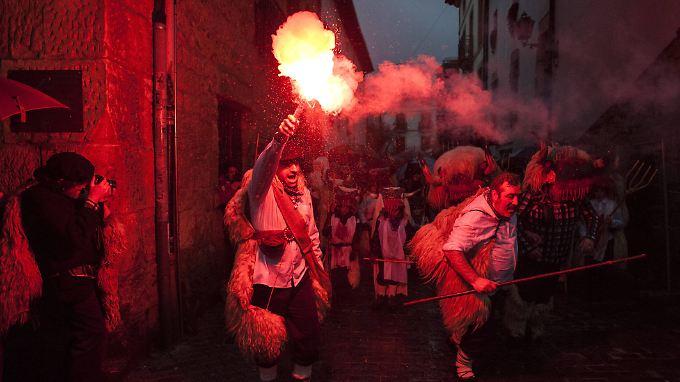 Karneval etwas anders - in der spanischen Stadt Alasua in der Region Navarra verkleiden sich die Männer als ein Mischwesen aus Mensch und Bulle und stürmen mit Fackeln durch die Stadt.