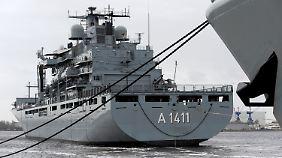 """Die Besatzung des deutschen Marineschiffes """"Berlin"""" rettete seit Oktober 2015 im Mittelmeer fast 2000 Flüchtlinge."""