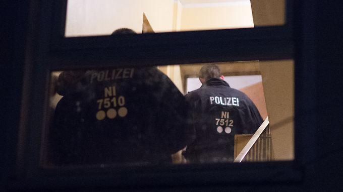 Beamte der Bundespolizei durchsuchen am Morgen das Haus der Roma-Familien in Göttingen - ohne Erfolg.