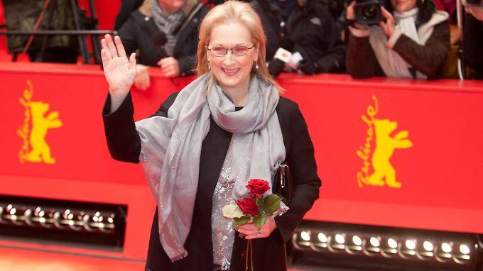 """Meryl Streep bei der Berlinale 2012 mit dem """"mittelteuren Blumenstrauß von der Tankstelle"""" von Dieter Kosslick."""