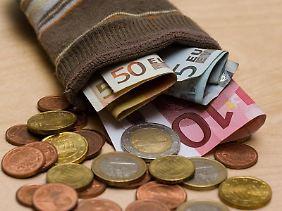 Wer sein Geld nicht in den Sparstrumpf stecken sondern lieber zur Bank bringen möchte, kann es etwa mit einem Bankauszahlplan versuchen.