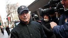 Bernhard Madoff im Dezember 2008 nach einem Termin bei Gericht in New York.