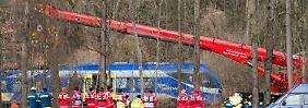 Ursache des Zugunglücks unklar: Aufräumarbeiten in Bad Aibling beginnen