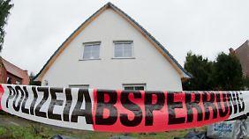 Das Haus des getöteten Lehrers ist abgesperrt und wird von der Polizei durchsucht.