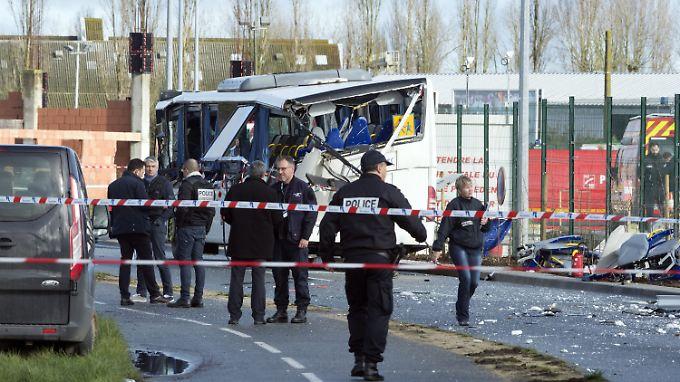 Der hintere Teil des Busses wurde durch den Zusammenstoß mit dem Lkw förmlich zermalmt.