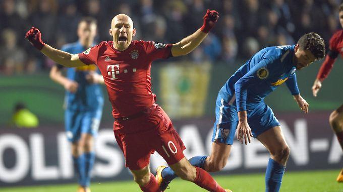 Erst Kontakt, dann Elfmeter: Arjen Robben im Zweikampf mit Bochum Jan Simunek, der dafür Rot sah.