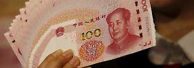 Die Geschwindigkeit, mit der die chinesische Zentralbank auch im Januar wieder Devisenreserven verloren hat, ist schwindelerregend. Seit Sommer 2014 lösten sich bereits rund 19 Prozent der Reserven in Luft auf.
