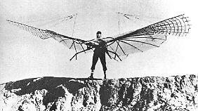 Flugzeugpionier Otto Lilienthal bei einem seiner Gleitversuche.