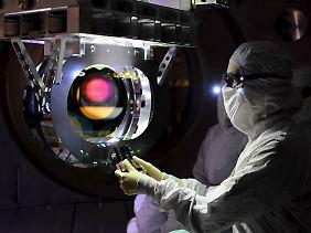 Im Inneren des Lasertunnels: Mit hochpräzisen Lichtimpulsen messen die Forscher winzige Schwankungen in der Entfernung.