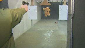 Kaum zu glauben, aber wahr: Verliebte schießen zum Valentinstag auf Teddybären