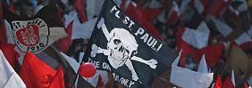 Den Fans vom FC St. Pauli ist das Spitzenteam aus Leipzig ein Dorn im Auge.