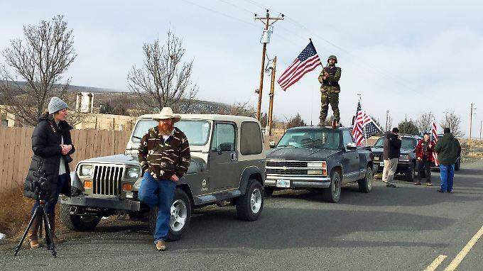 Sympathisanten der Besetzer protestieren gegen den FBI-Einsatz.