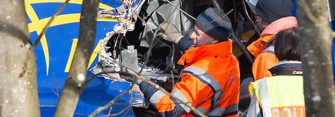 Nach Unglück bei Bad Aibling: Retter finden dritte Blackbox in Zugwrack