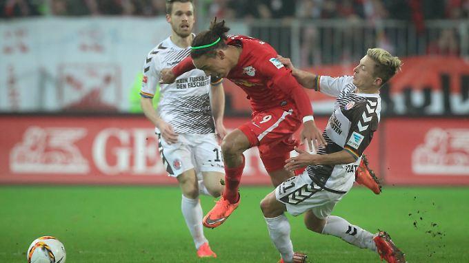 Torschütze Marc Rzatkowski (r.) und der FC St. Pauli verteidigten gegen RB Leipzig erfolgreich die knappe Führung.