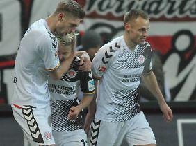 Dank Marc Rzatkowskis (m.) Treffer holte St. Pauli wichtige Punkte im Aufstiegsrennen.