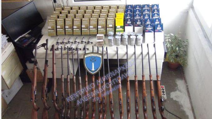 Die Polizei stellte verschiedene Gewehre sicher.