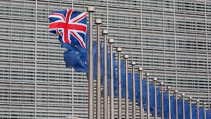 Ein einsamer Union Jack flattert mit Europa-Fahnen um die Wette. Wer gewinnt und wer verliert durch einen EU-Austritt?