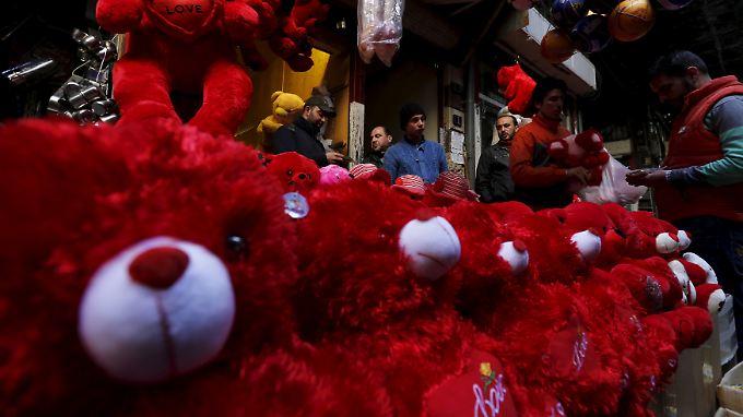 Händler in Damaskus stellen die Waren zum Valentinstag zur Schau.