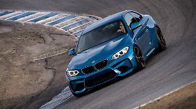 Mit seinen breiten Lufteinlässen saugt das BMW 2er Coupé nicht nur die Straße ein.