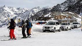 Querverkehr: An der Bergstation habe die Skifahrer Vorfahrt, die Allradler müssen warten.