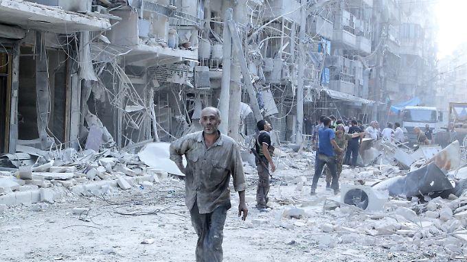 Zerstörte Wohnblöcke und demoralisierte Bewohner in Aleppo nach einem Luftangriff.